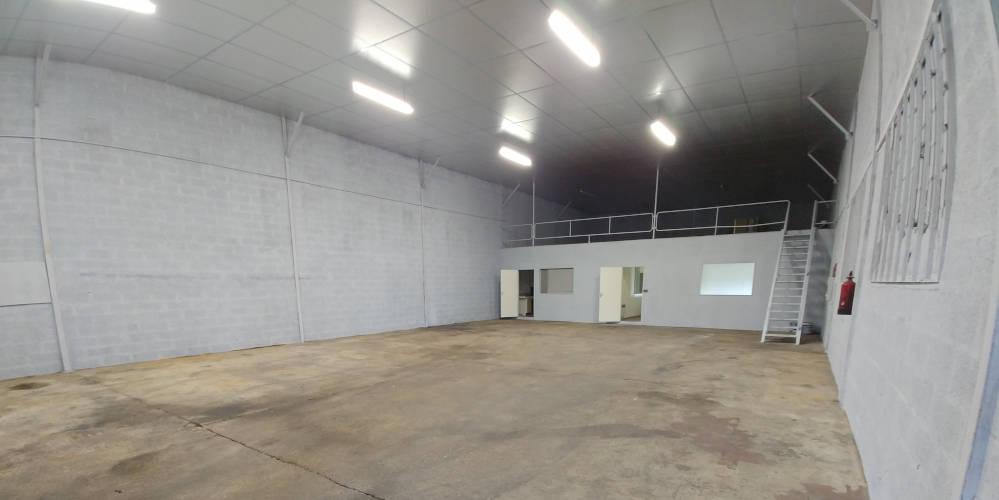 Hangar de 500 m2 à louer à 20 minutes du Mans